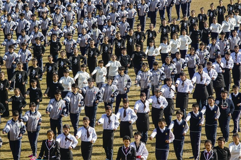 温州都市报:华侨职业中专运动会 两千学生操练跆拳道